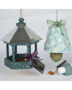 Dekorert urtepotte og fuglebrett til vinterens fuglemat