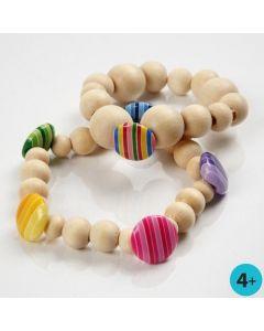 Armbånd med perler av tre og knapper av plastikk