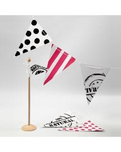 Flagguirlande med stensiltrykk, striper og prikker