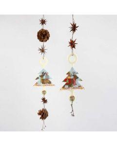 Oppheng med juletre av filt, naturpynt og bjeller