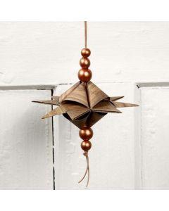 Pyramideformet stjerne på lærsnor med perler