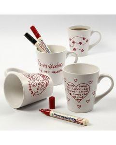 Hvitt porselenskrus med røde kjærlighetsmotiver