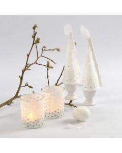Stråsilkepapir med hull som skjørt på lysglass og som eggevarmere