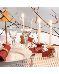 Bordkort med lys av malte trespoler med manillamerke i bånd