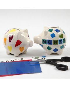 Motiver og bokstaver på sparegris av porselen