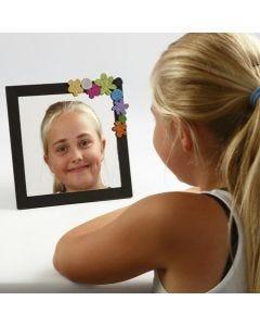 Speil i malt ramme med pynt av mosgummi