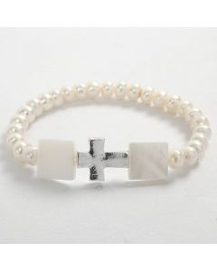 Armbånd av elastikk med hvite perler og kors
