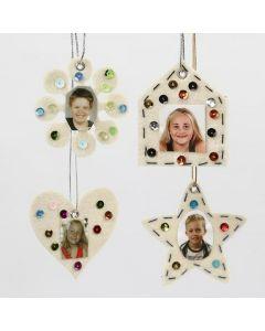 Hvite filtfigurer med rhinsten og printede portretter
