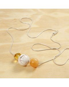 Perler på langt sølvkjede