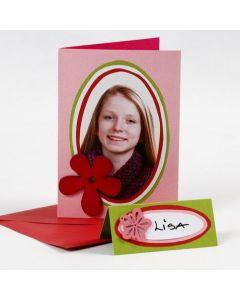 Kort med portrettfoto på kulørt kartong i ovaler