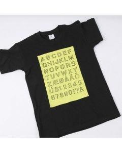 T-shirt med opptegnet alfabet i malt felt