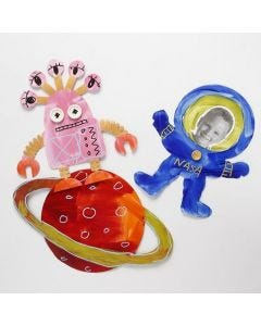 Planet, romvesen og astronaut av utstanset kartong