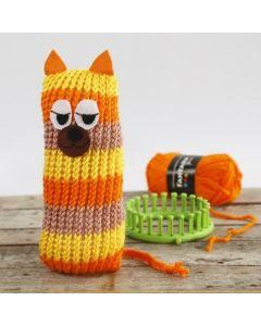 Strikket katt med striper, laget på strikkering