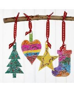 Juleoppheng av kartong, tusjdekorert og pyntet med paljetter