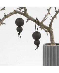 Svart tavlemaling på treperler i lærsnøre