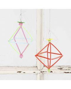 Prisme av vindseltråd med fargede konstruksjonsrør og perler