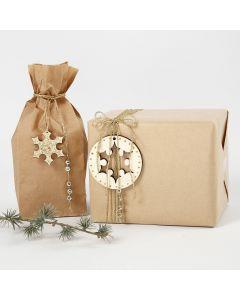 Innpakning dekorert med diverse pynt i gull