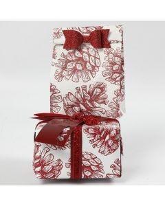 Gaveinnpakning med pynt og papir i design fra Vivi Gade