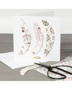 Dobbeltkort med fjær av designpapir på forsiden