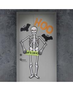Dør til Halloween pyntet med stort skjelett og flaggermus