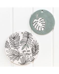 Terakottaplater og fat dekorert med Glass- og porselenstusj og malt med artmetall maling.