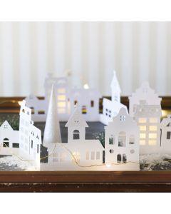Silhuett-by av kartong pyntet med glitterpapir og pergamentpapir