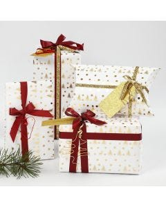 Julegaveinnpakning i hvit og gull pyntet med bånd og figurer av bonzaitråd