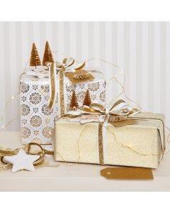 Julegaveinnpakning i gull pyntet med glitterpynt
