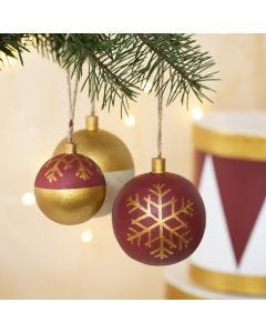 Julekuler av tre dekorert med hobbymaling og hobbymaling på tusj