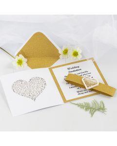 Bryllupsinvitasjon med glitrende gull designpapir og hjerte shaker sticker