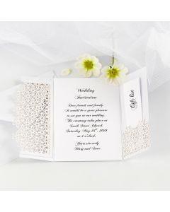 Dobbelt bryllupsinvitasjon pyntet med blondekartong
