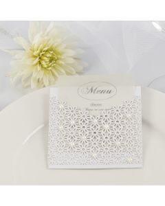 Menykort til bryllup i lomme av kartong og blondekartong pyntet med halv-perler