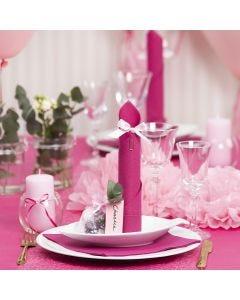 Borddekking og bordpynt i lys rød med papirblomster, ballonger, serviett brettet som tårn og bordkort