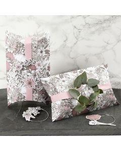 Gaveeske pyntet med lyserødt bånd, metallring og blomster merker
