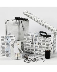 Gaveinnpakning i svart, hvit og sølvglitter med kartong merker, fisk av tre og shaker clips