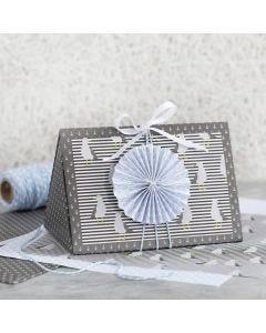 Mørkegrå gaveeske pyntet med blå rosett og designpapir