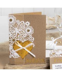 Invitasjon pyntet med blondekartong, hjerte av dekorasjonsfolie og rhinsten