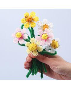 Blomster av rørperler og piperensere med pomponer