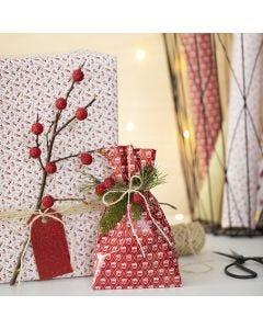 Julegaveinnpakning med grener og kunstige bær