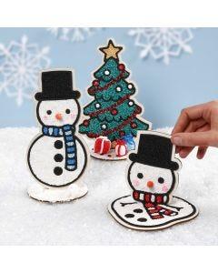 Snømenn og juletre dekorasjonsfigurer av tre pyntet med Foam Clay