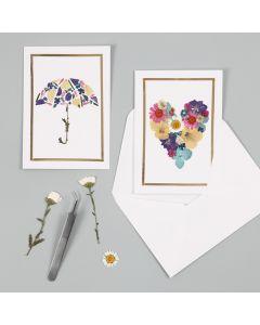 Kort med motiver laget av tørkede blomster og ramme av dekorasjonsfolie