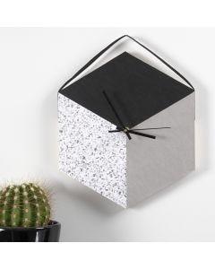 Ur laget av brett og lærpapir