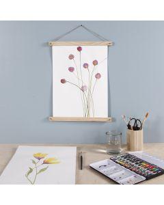Lilla blomst malt med akvarellmaling og hengt opp med plakatliste
