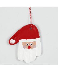 Håndavtrykk i selvherdende leire dekorert som julenisse