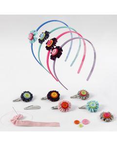 Hårpynt med blomster av velourbånd og knapper