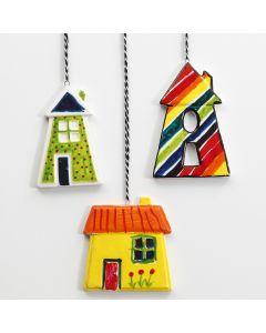 Fargerike hus av porselen til oppheng