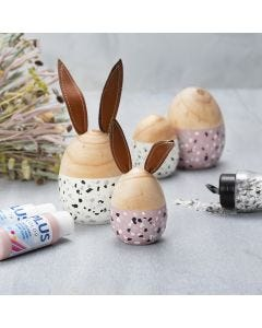 Tre egg og hare malt med Plus Color og pyntet med terrazzoflak.
