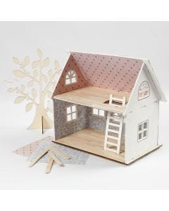 Dukkehus tapetsert med designpapir og ispinne som gulv