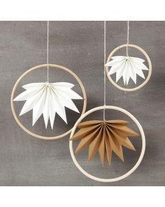 Oppheng av bambusringer med blad av lærpapir