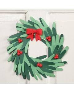Julekrans av utklippede hender av kartong med Silk Clay pynt